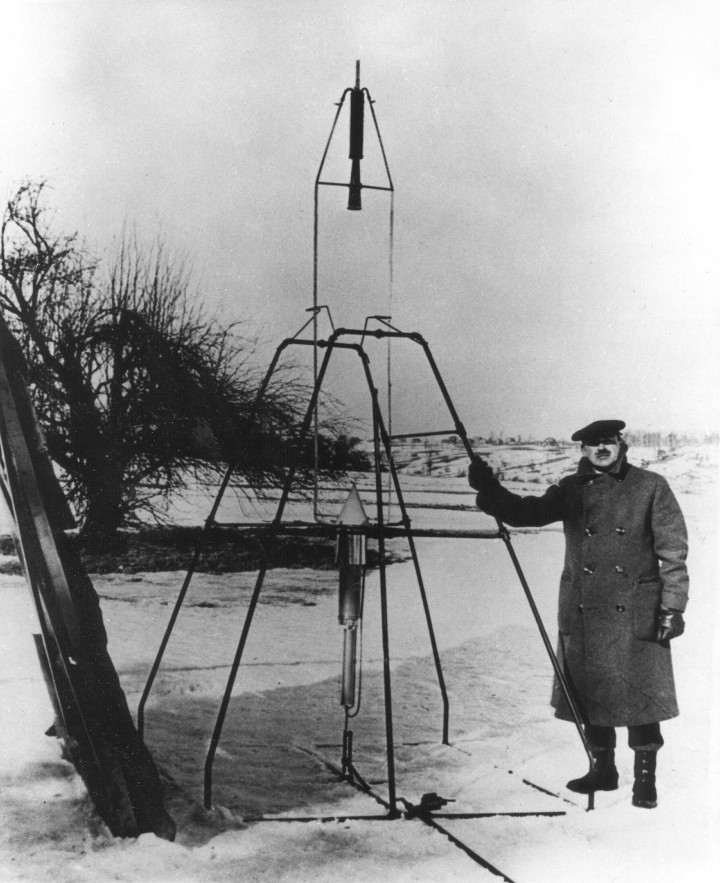 robert_h_goddard_and_liquid_fueled_rocket_1926.jpg