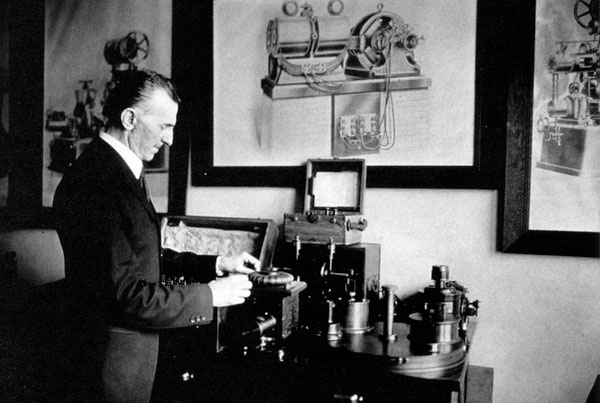 Tesla_radio_1920s.jpg