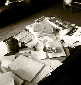 einsteins-papers-pipe-ashtray-and-other-personal-belongings-in-his-princeton-office.jpg
