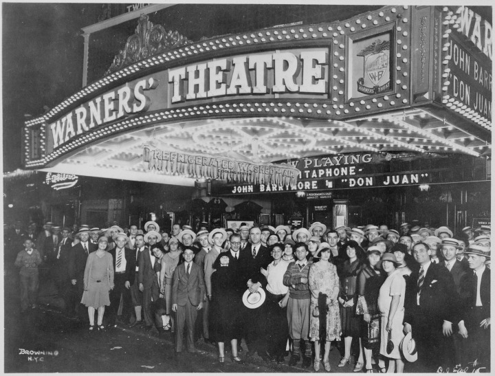 """First-nighters_posing_for_the_camera_outside_the_Warners'_Theater_before_the_premiere_of_""""Don_Juan""""_with_John_Barrymore,_-_NARA_-_535750.jpg"""